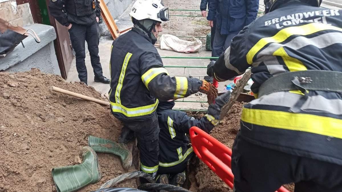 В Киеве мужчину насмерть завалило песком во дворе многоэтажки