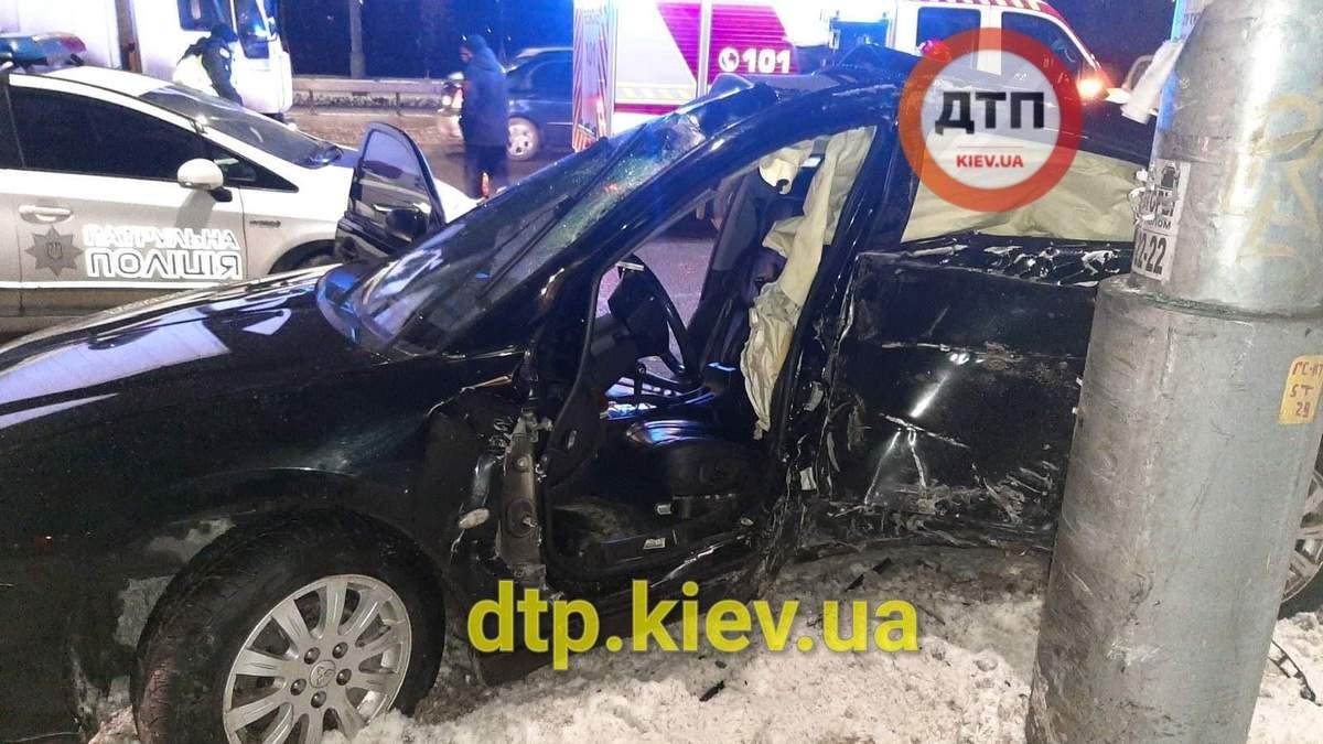 У Києві водій Mitsubishi розбився о стовп