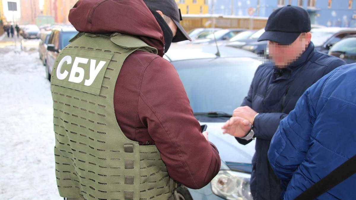 СБУ у Києві затримала державних виконавців: брали хабарі