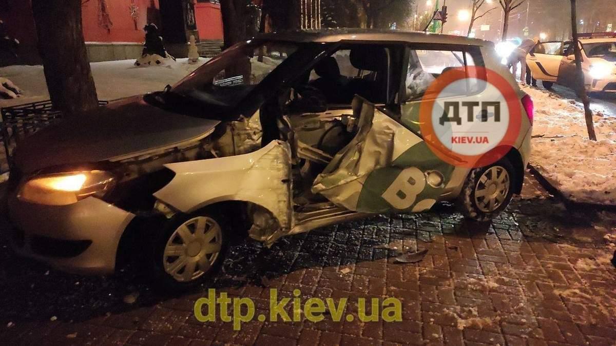 У центрі Києва таксист вилетів з дороги та розбив автівку
