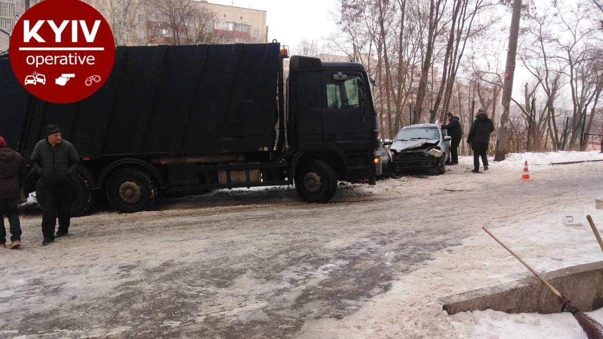 У Києві сміттєвоз епічно протаранив 9 машин