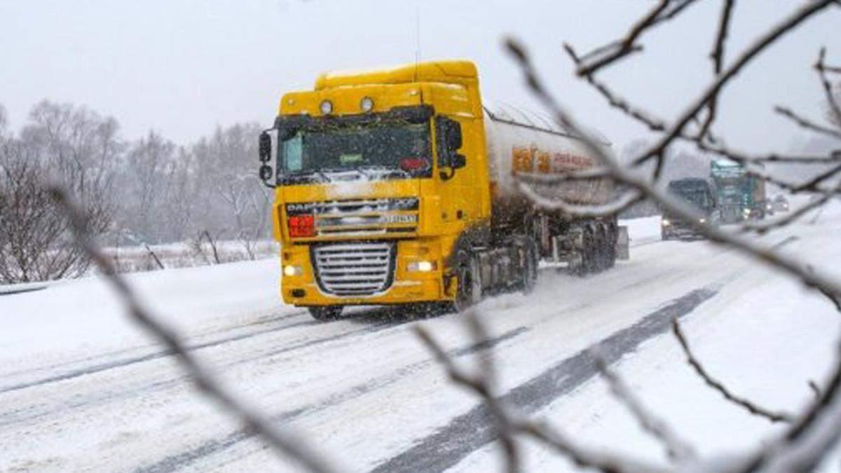 У Київ тимчасово не пускатимуть вантажівки: через сильний сніг