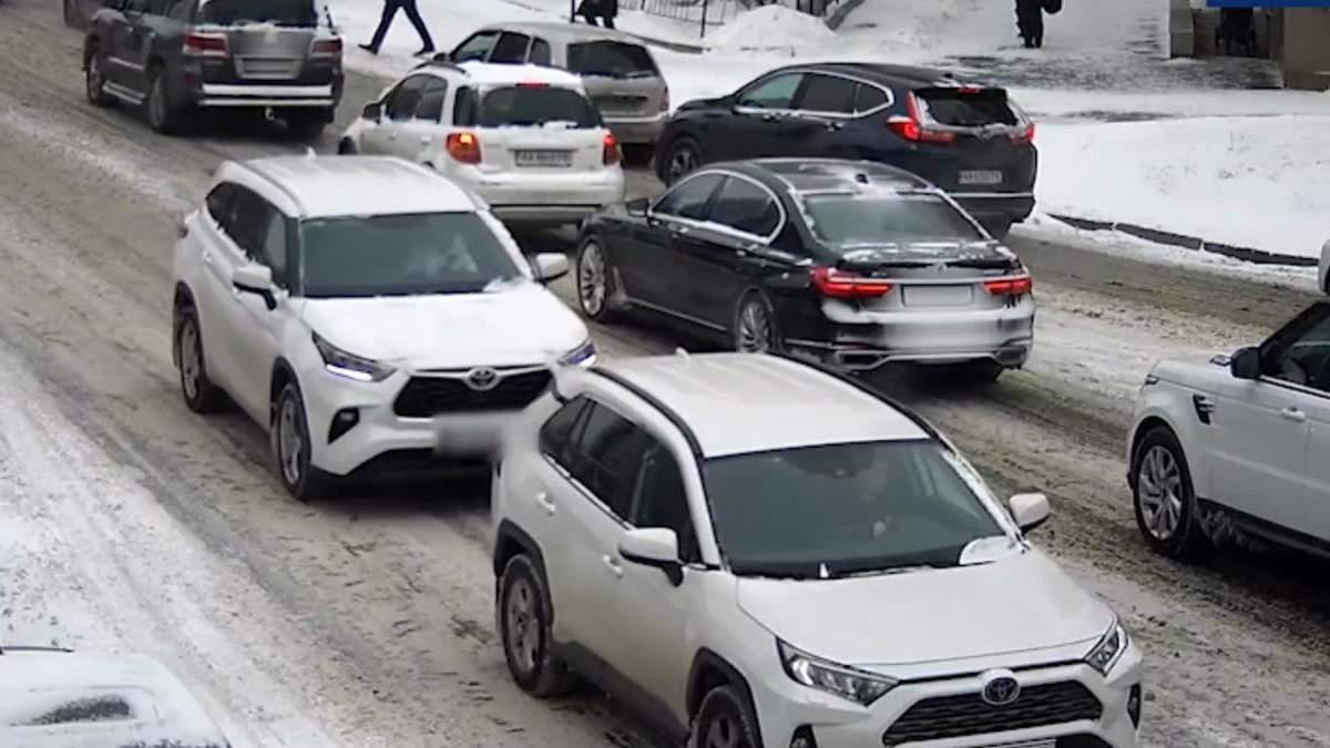 В центре Киева женщина дважды протаранил одну и ту же машину