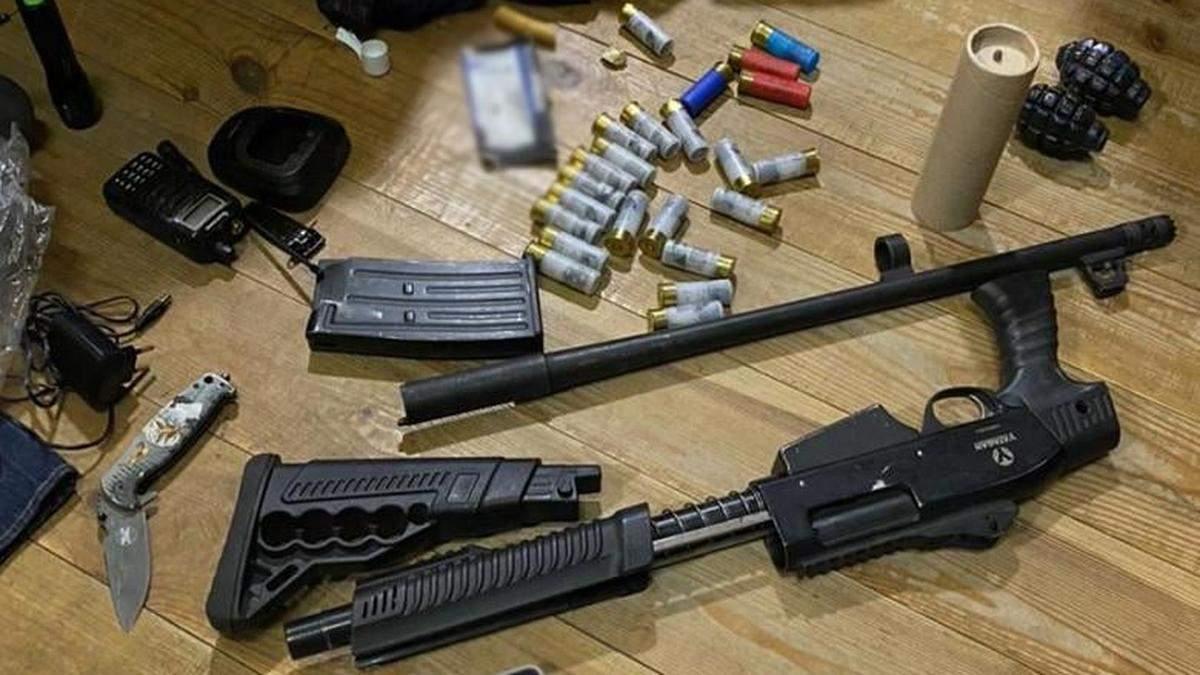Поліцейські вилучили у тітушок Медведчука гранати та вогнепальну зброю: фото