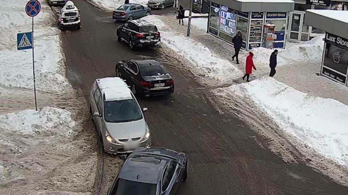 Їхав зустрічкою та розбив бампер: поліцейські показали кумедне зіткнення легковиків у Києві