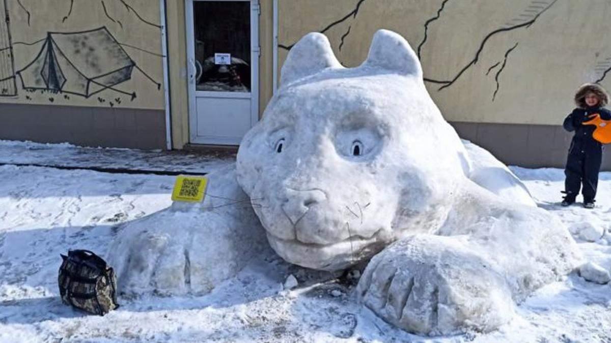 В Киеве на улице Янки Купалы появился гигантский снежный кот