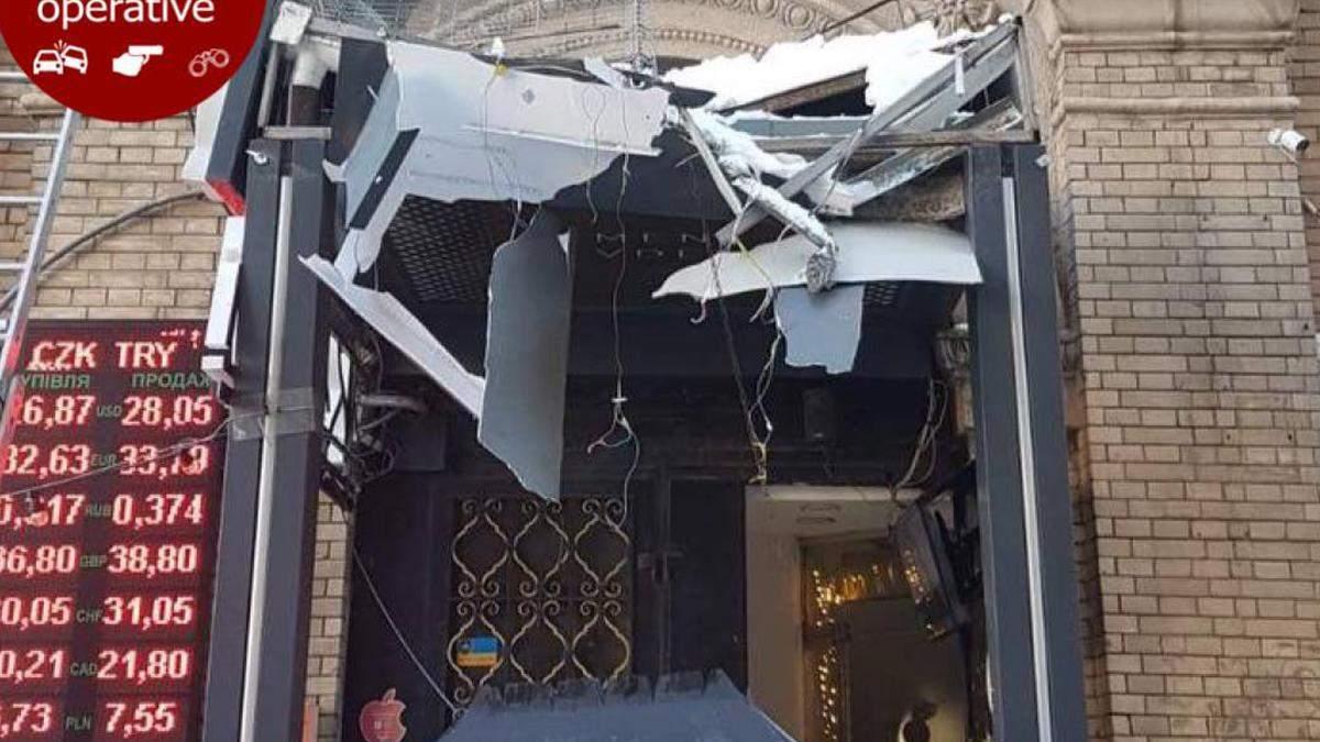 Добре, що не на голову: у центрі Києва бурулька пошкодила магазин