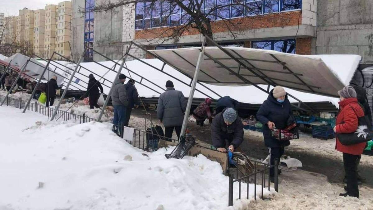 На стихийном рынке в Киеве навес упал на людей: фото