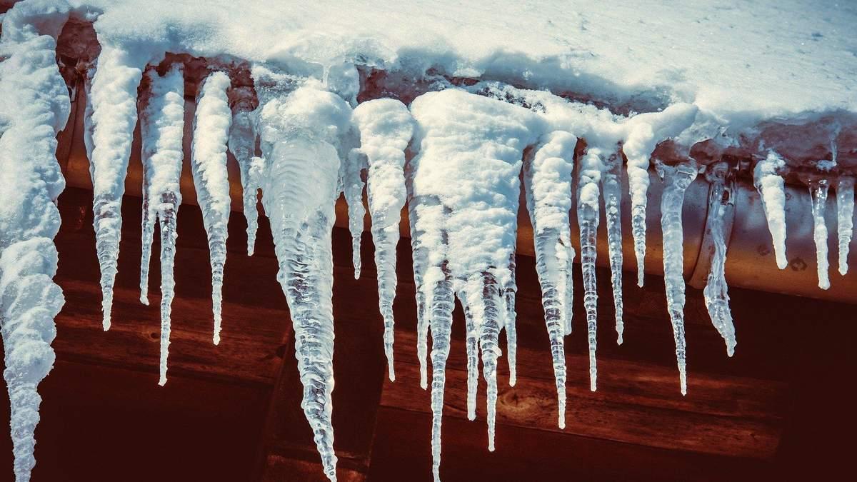 Небезпечні бурульки: у Києві лід впав просто на жінку