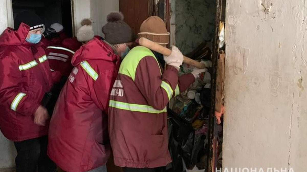 В Киеве коммунальщики с загроможденного жилья вывезли 20 тонн мусора