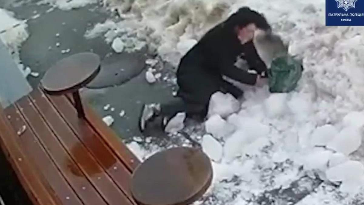 В Киеве женщину завалило снегом: она зашла за ленту - видео