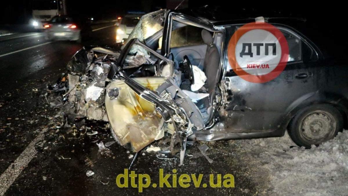 В Киеве на водитель BMW спровоцировал лобовую ДТП и вылетел из окна