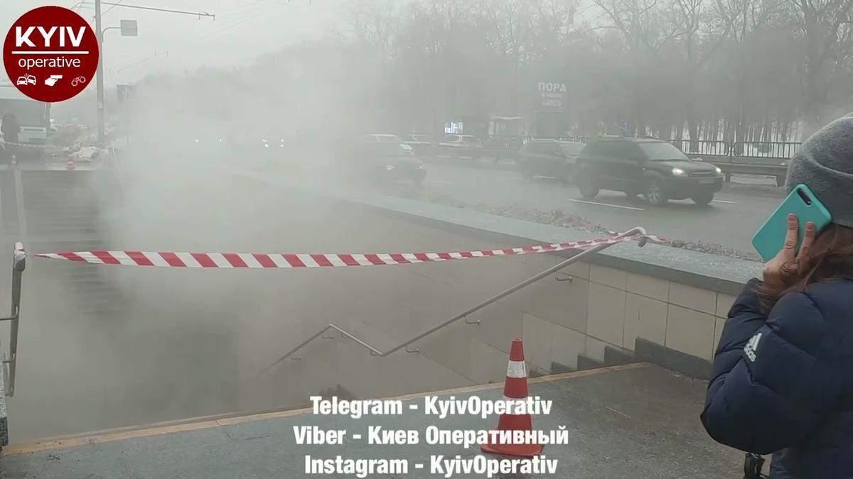 На проспекте Победы в Киеве затопило кипятком подземный переход: видео