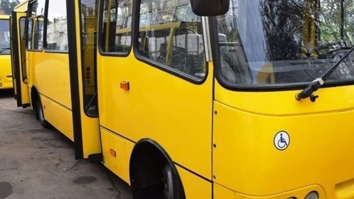 Не надо было рожать, – в Киеве водитель маршрутки отказался везти дедушку с двумя детьми
