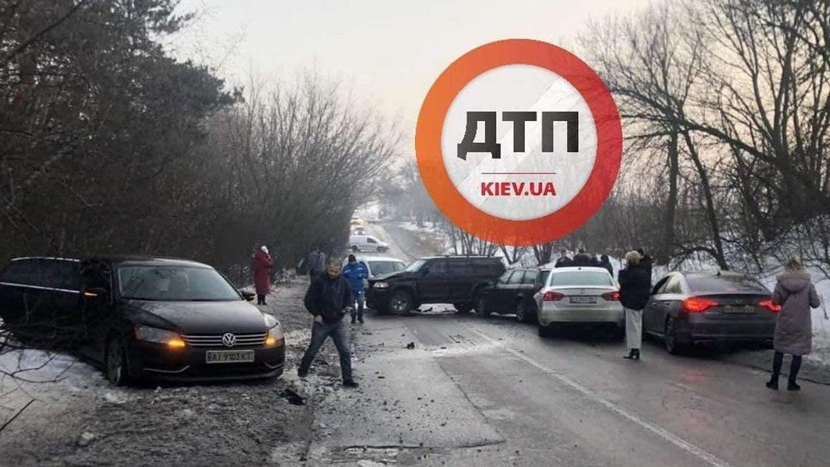 На Київщині зіштовхнулися 6 авто, є постраждалі