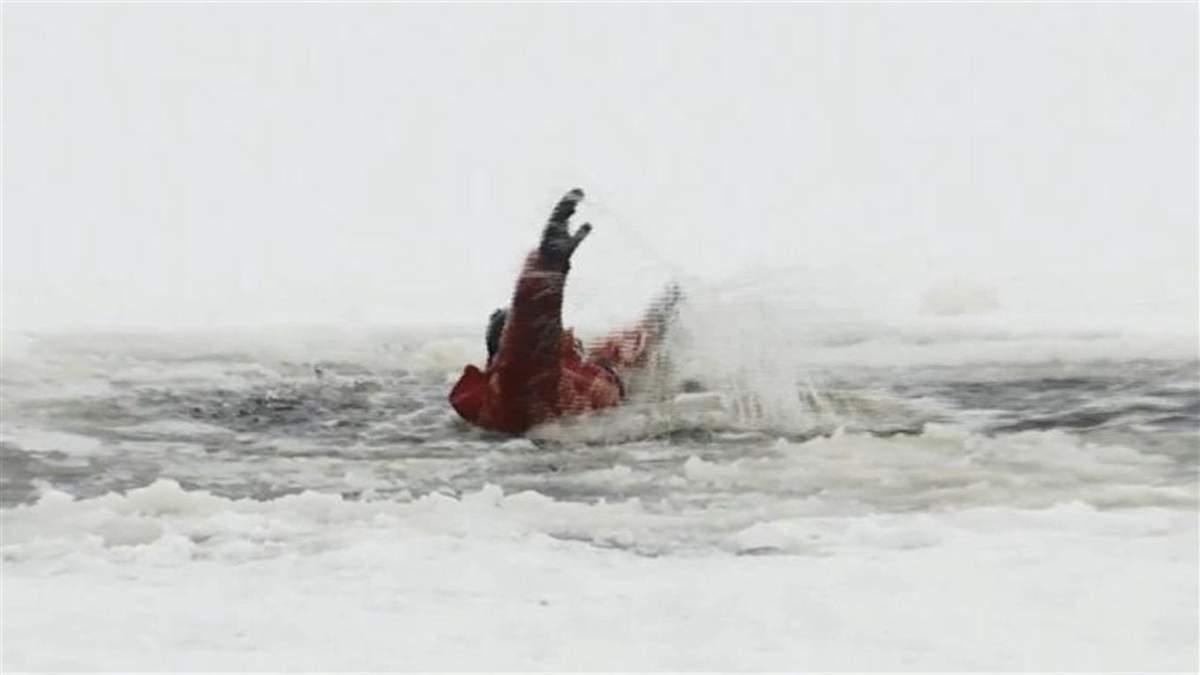 В Киеве женщина 27.02.2021 провалилась под лед, спасая собаку