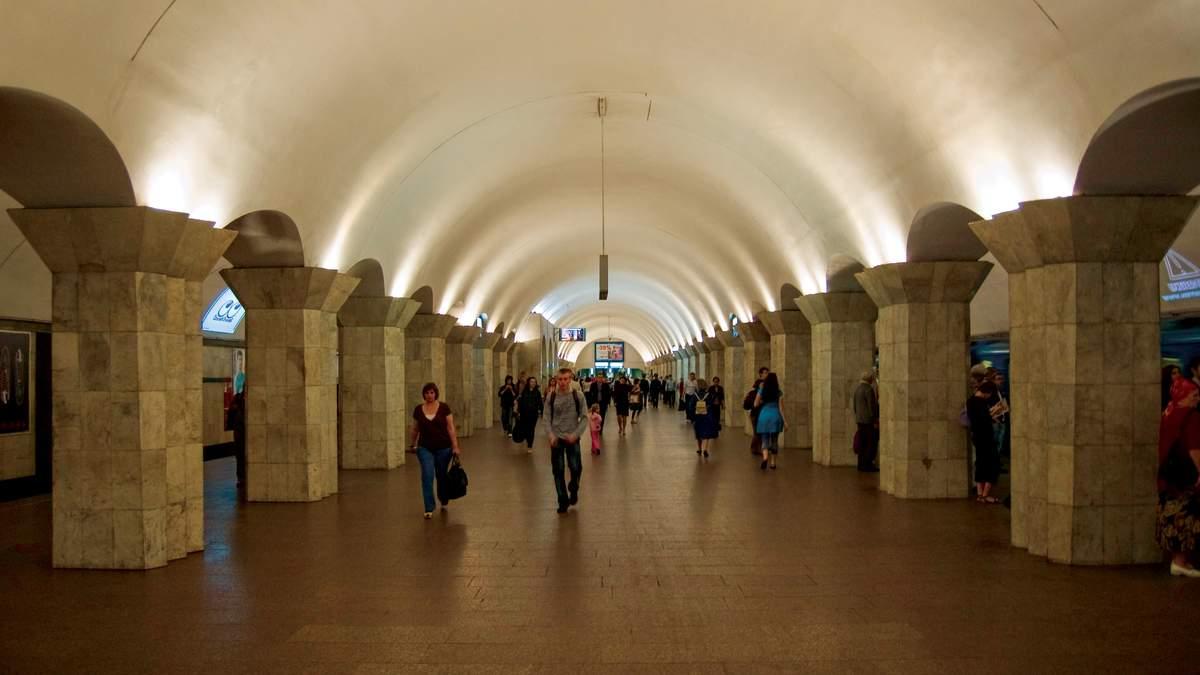 У метро в Києві чоловік впав на колію: витягнули очевидці – відео