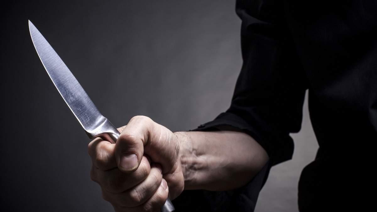 У Києві чоловік з ножовим пораненням помер прямо вдома