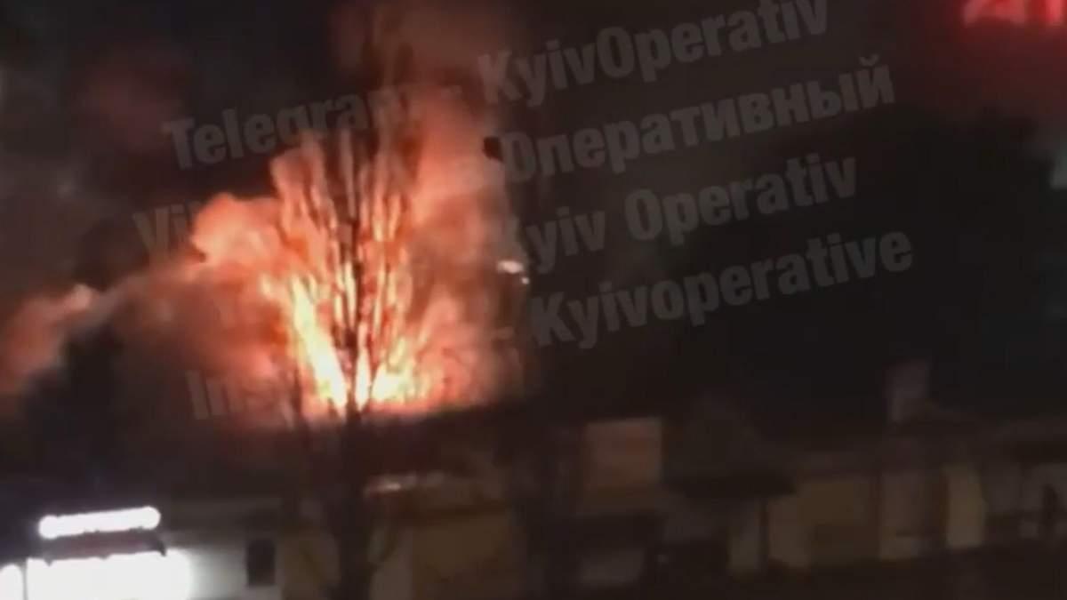 В Киеве на Оболони 28 февраля 2021 загорелся мини-рынок: видео