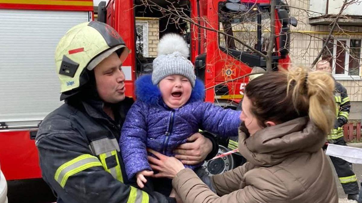 В Киеве из задымленного дома вывели 12 человек: среди них были дети
