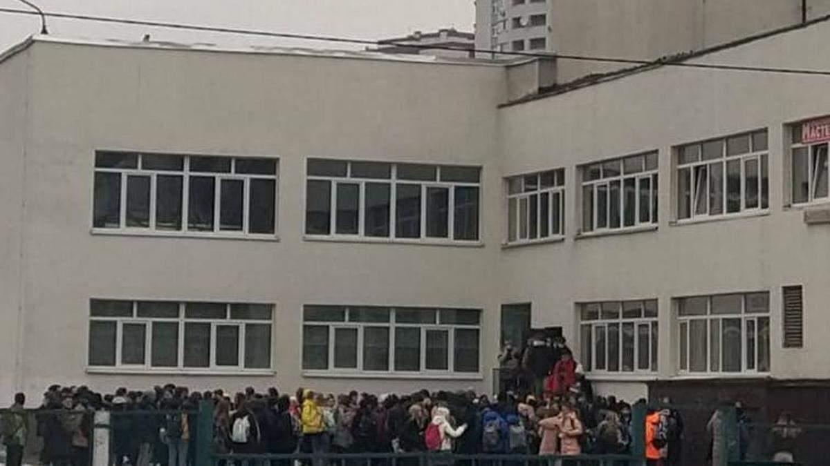 В Киеве из-за газовый баллончик пришлось эвакуировать школу