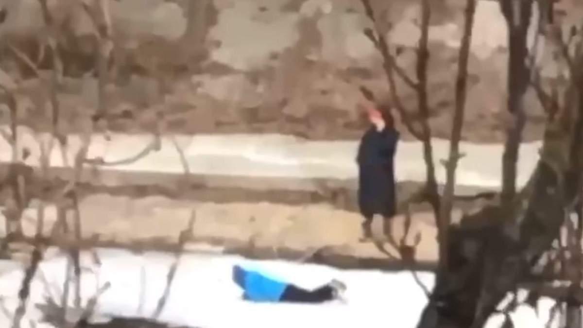 У Києві дитина гралася на крижині, а мати чекала на березі: відео