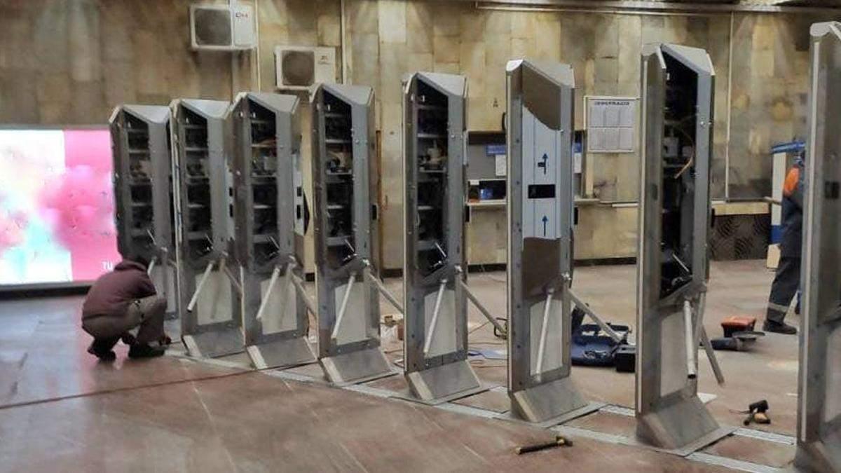 На яких станція метро у Києві з'явились нові турнікети: список