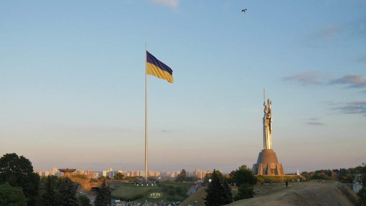 В Киеве снова приспускают самый большой флаг Украины: из-за ветра