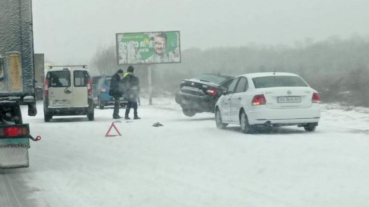 На выезде из Киева на трассе произошла авария с участием почти 10 авто