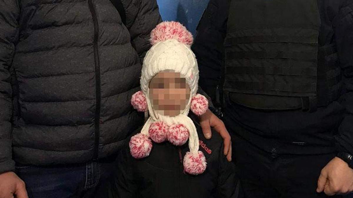 У Києві мати знущалась з 6-річної доньки: в школу не ходила та була голодна