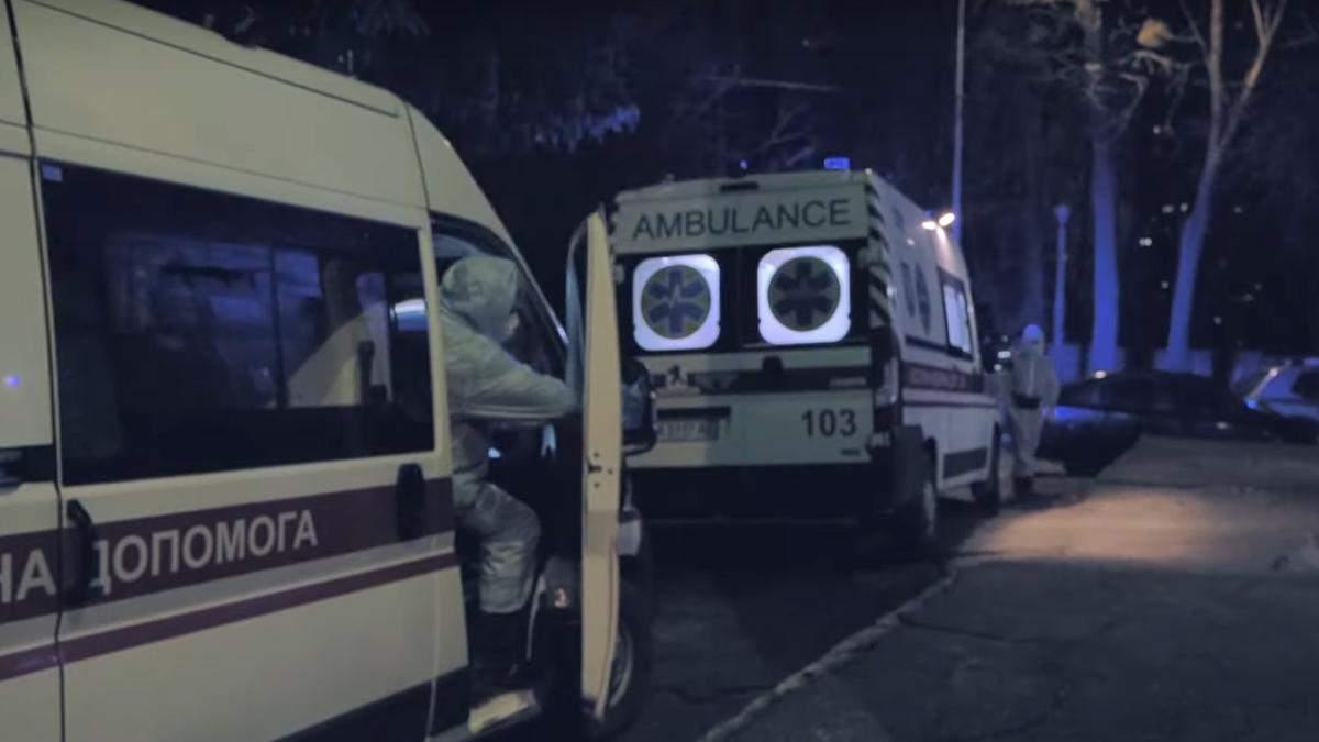 Медики валятся с ног: какова ситуация в опорной больнице Киева, где лечат COVID-19