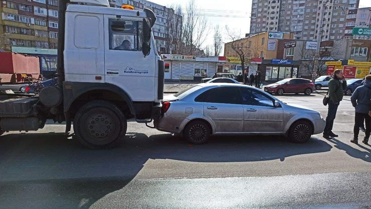 У Києві водій комунальної вантажівки майже 50 метрів таранив легковик: відео