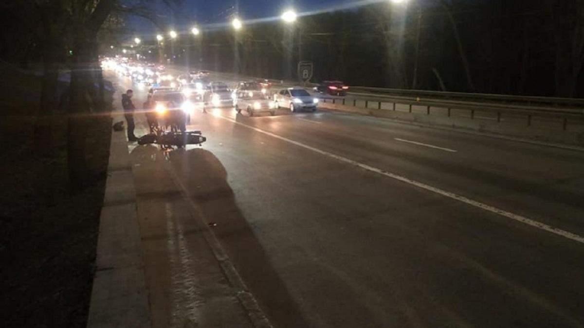 В Киеве полицейские столкнулись с мотоциклом: есть пострадавший