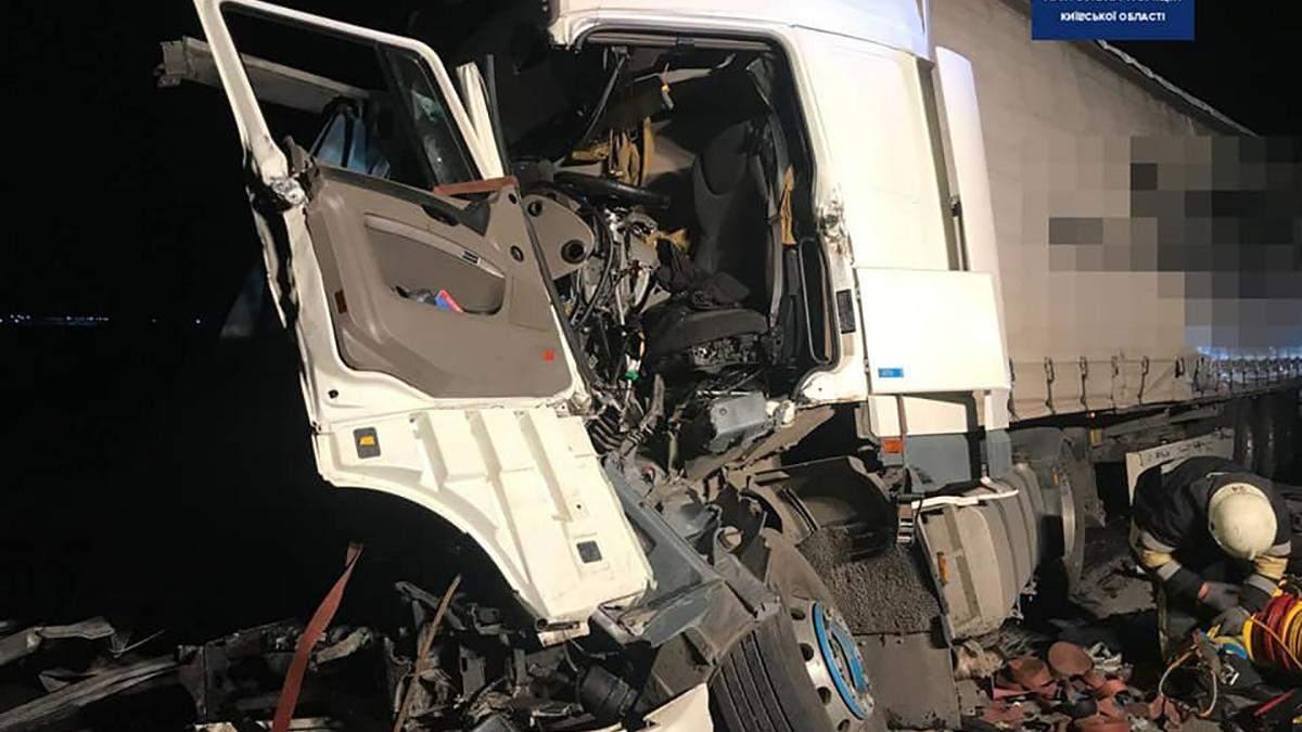 Масштабное ДТП под Киевом: столкнулись 3 грузовика – фото, видео