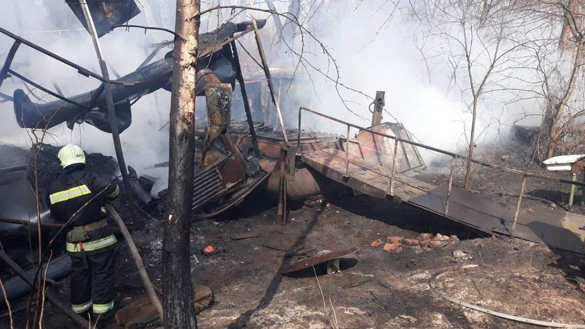 У Києві горіли дачі біля парку Наталка: їх гасили з пожежного катера
