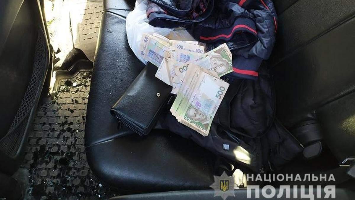 На Троєщині у Києві у чоловіка відібрали 300 тисяч гривень