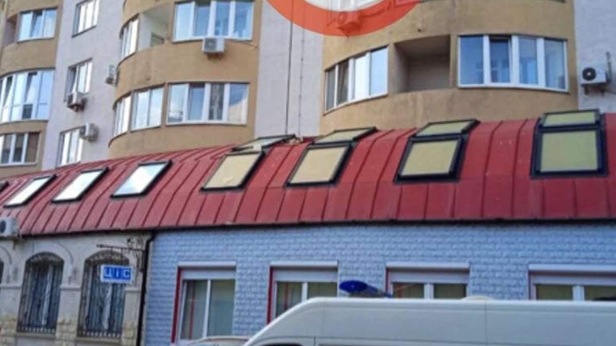 На глазах у детей: в Киеве мужчина выпрыгнул с 20 этажа и проломил крышу больницы – видео