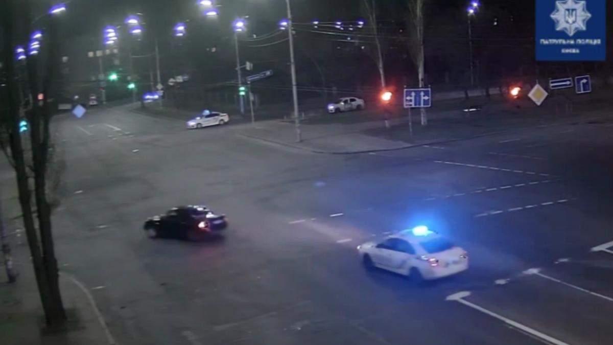 В Киеве нетрезвый водитель Audi отчаянно убегал от полиции и устроил ДТП: видео