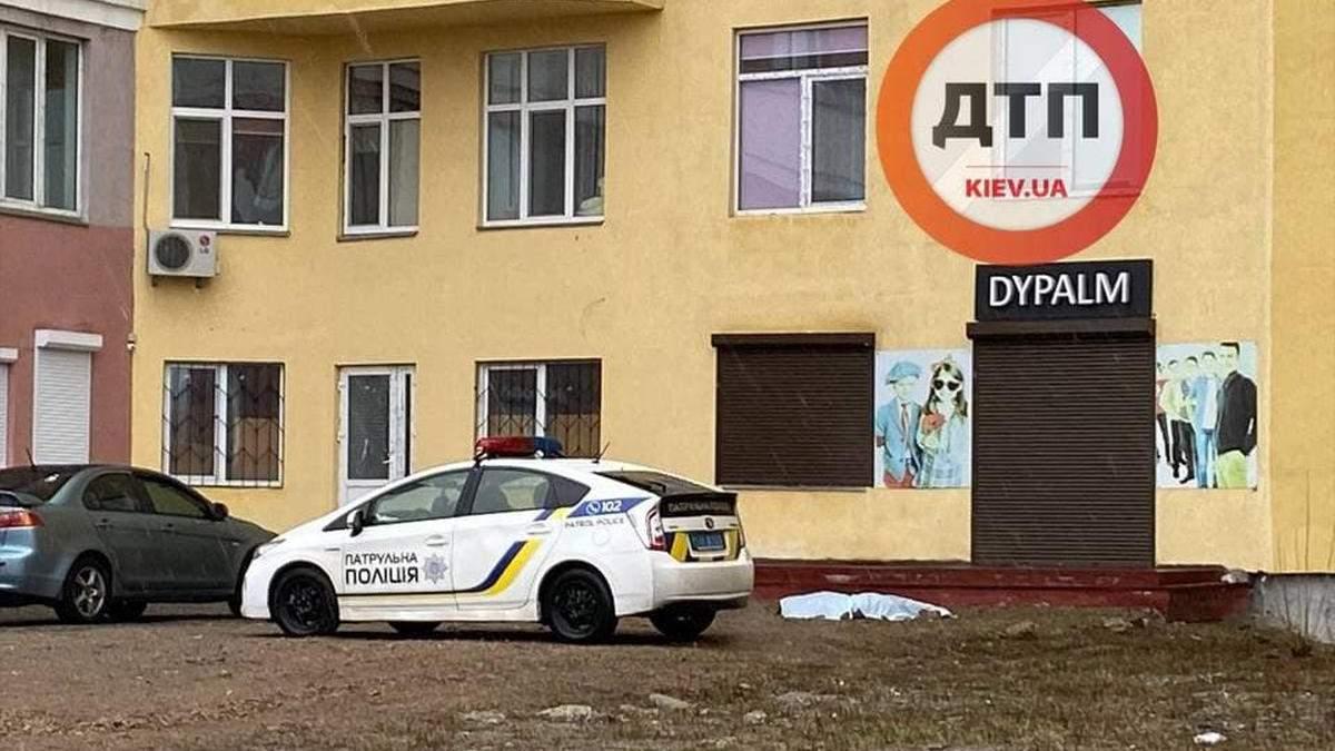 У Києві в Бортничах з вікна новобудови випав чоловік