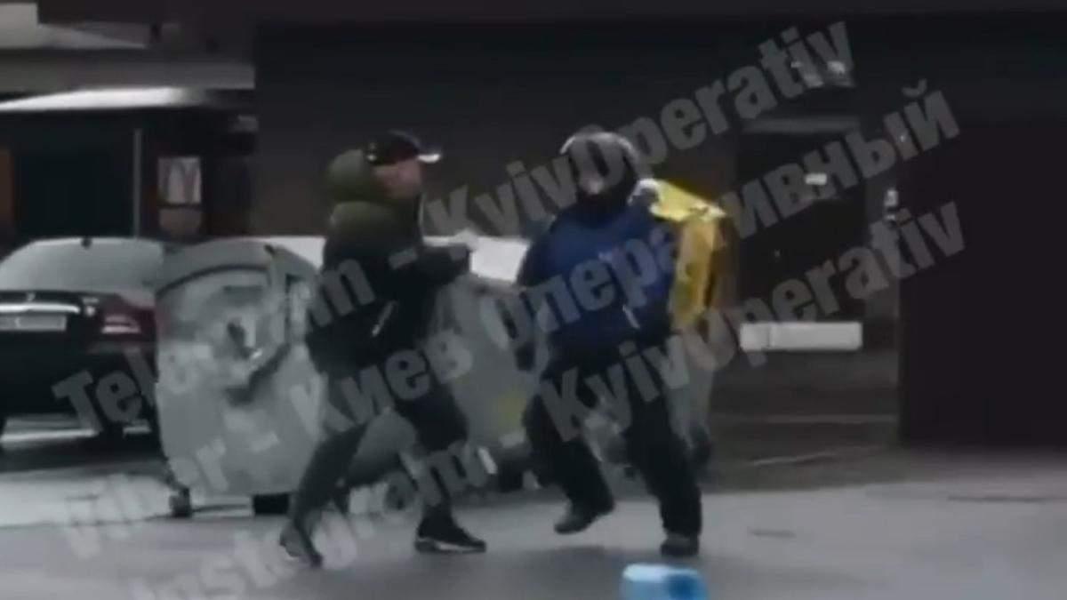 У Києві кур'єр Glovo побився з перехожим: відео