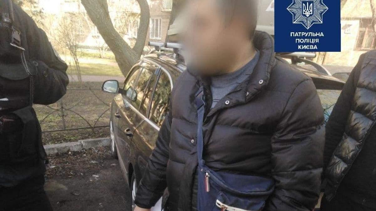 У Києві на АЗС чоловік плюнув у касирку через зауваження про маску