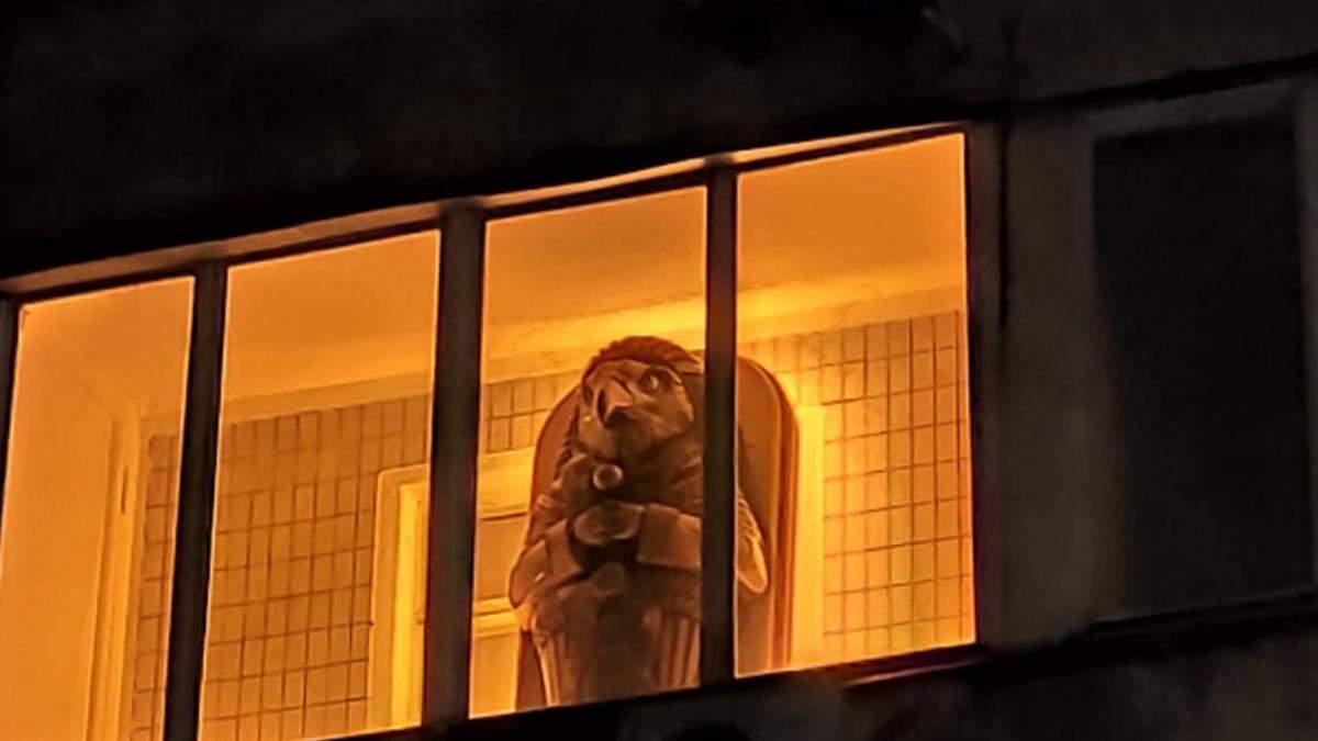 У Києві помітили балкон із саркофагом бога Ра
