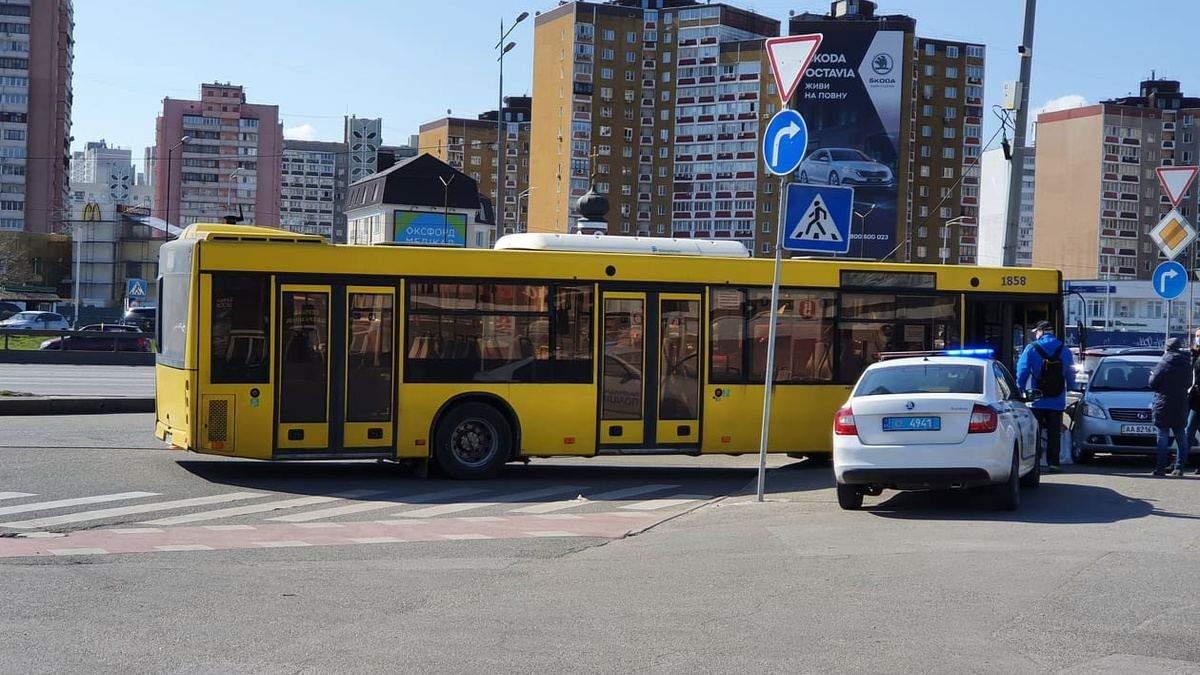 В Киеве автобус с пассажирами влетел в столб, а затем в машину: есть пострадавшая