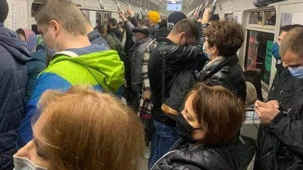 Без соблюдения карантина: в метро Киева снова не протолкнуться из-за толпы пассажиров