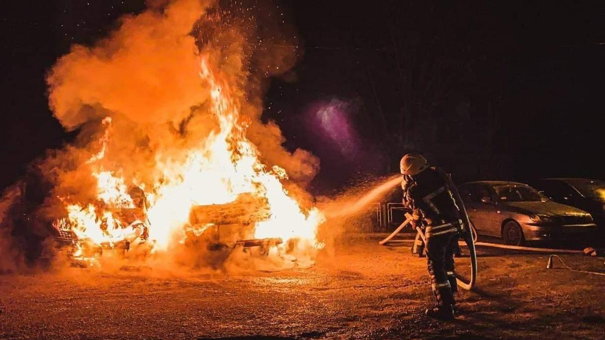 На Оболоні у Києві вщент згоріли 2 автівки: фото
