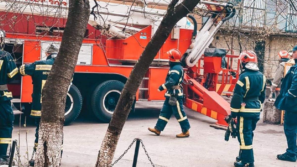У Києві обвалилися балкони багатоповерхівки: фото