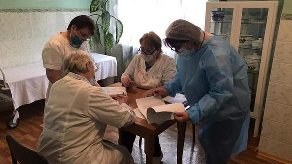 В Киевской области начали делать прививки Pfizer: кто получил вакцину первыми