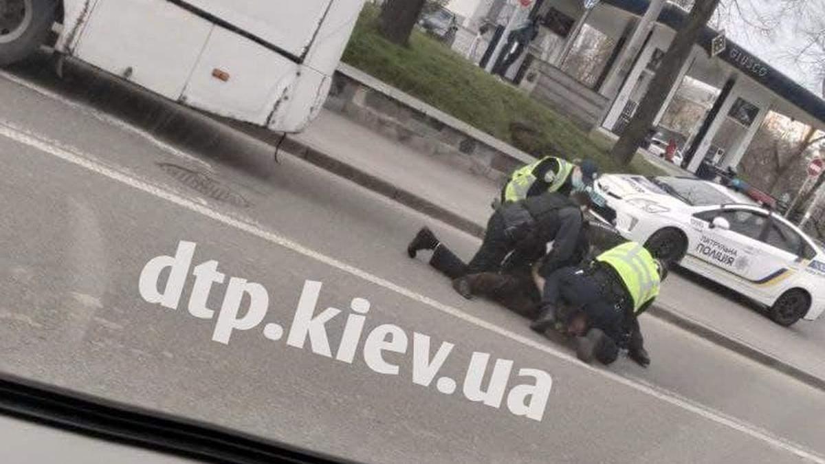 В Киеве задержали маршрутчика, который бросался на патрульных