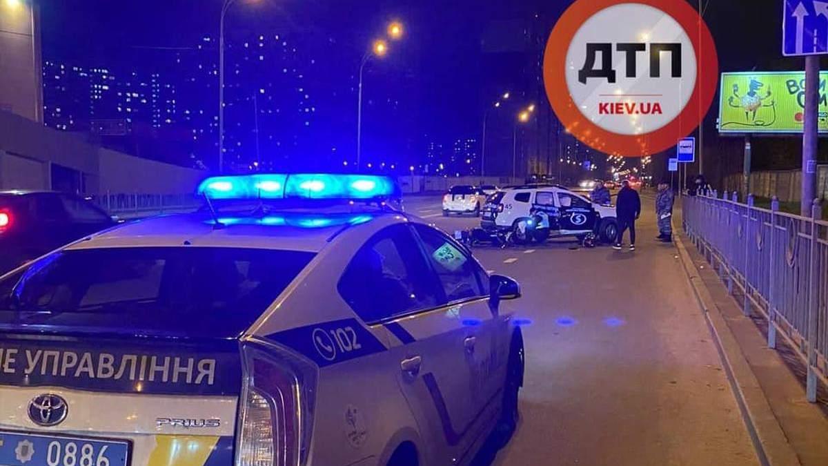 На Позняках в Киеве мотоцикл разнес внедорожник охраны