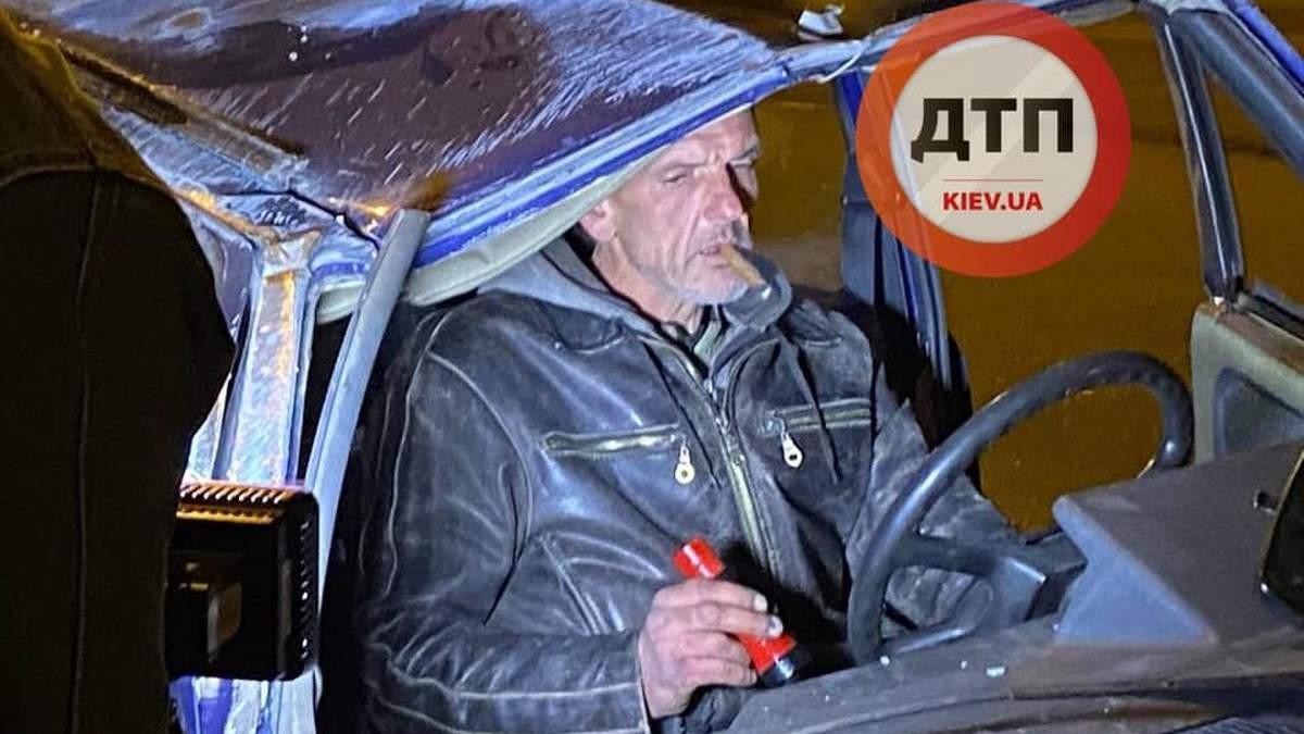 С водкой и сигарами: в Киеве вдрызг пьяные мужчины попали в аварию с опрокидыванием – фото